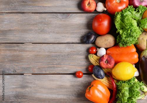 Świeże, organiczne owoce i warzywa na tle drewniane