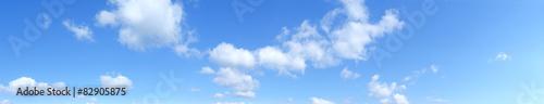Przegląd nieba z chmurami