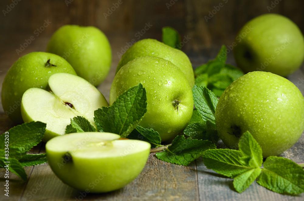 Zielone jabłka z liści mięty.