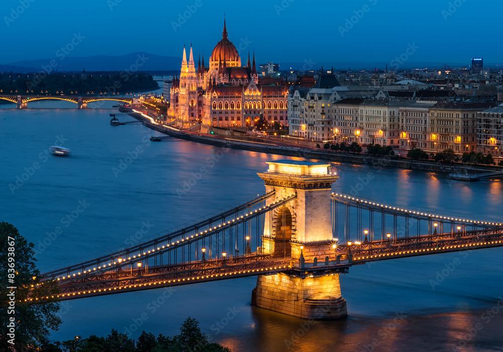 Budapeszt most łańcuchowy i budynek parlamentu węgierskiego