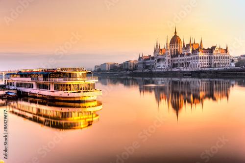 Parlament w Budapeszcie na świcie, Węgry