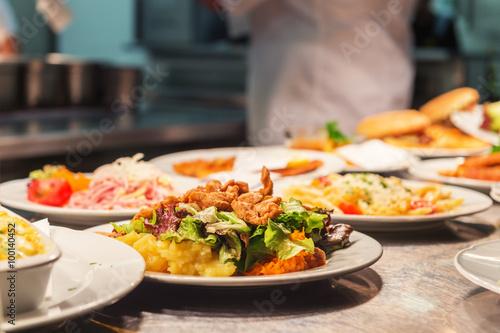 Jedzenie zamówień na kuchennym stole w restauracji