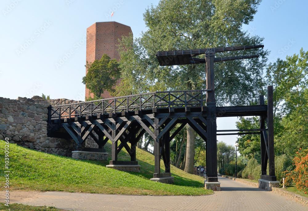 Zrekonstruowany most zwodzony na zamku, Kruszwica, Polska