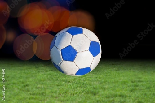 Piłki nożnej na stadionie . Światła reflektorów na stadionie