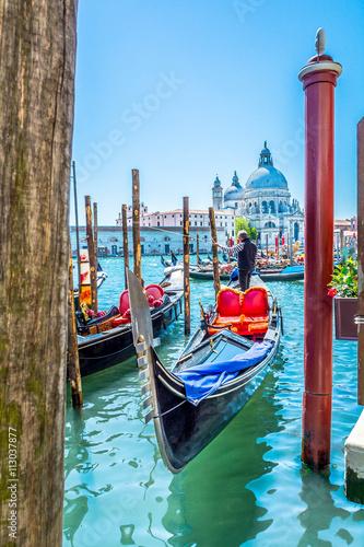 Wenecja turystyczna atrakcyjność Włoszech. / Zobacz na stacji gondoli i kościół Santa-Maria-di-Fajerwerki w tle, wyjątkowe miasto, Wenecja, Włochy.