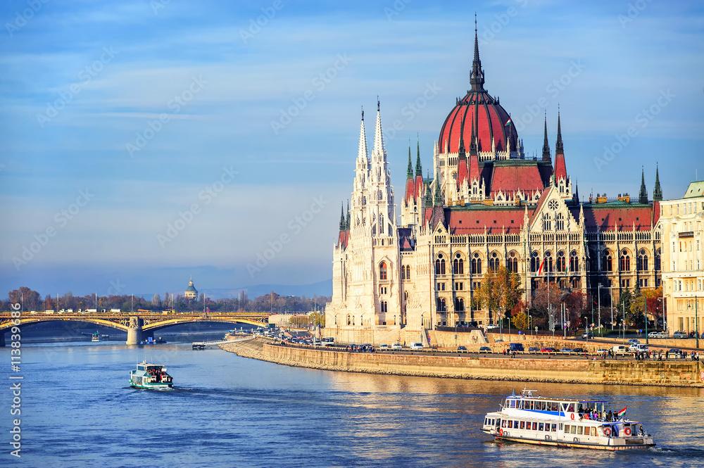 Budynek parlamentu nad brzegiem Dunaju, Budapeszt, Węgry