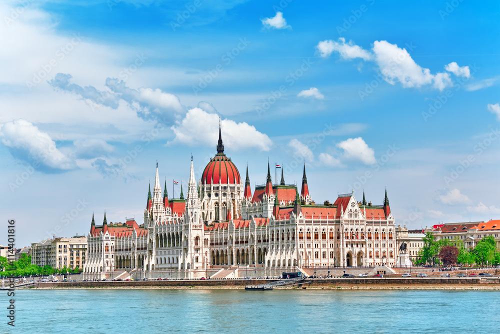 Węgierski parlament w ciągu dnia. Budapeszt. Widok z Dunaju rive