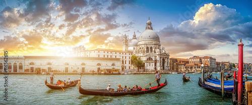 Romantyczne sceny w Wenecja gondole na canal Grande w zachód słońca, Włochy
