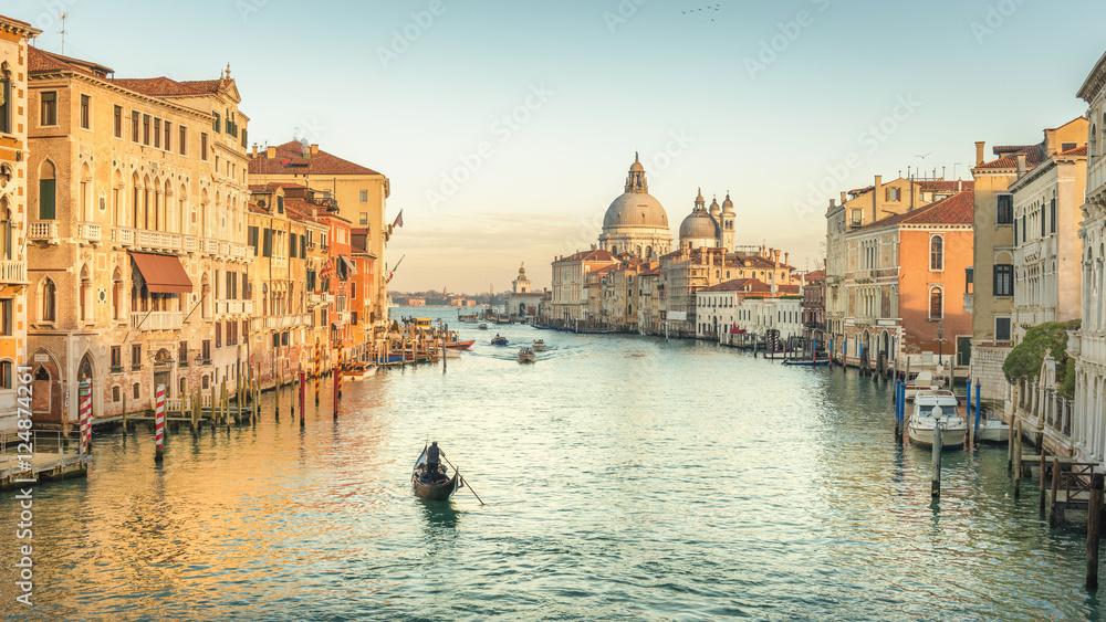Wenecja, kanał, na zachodzie słońca