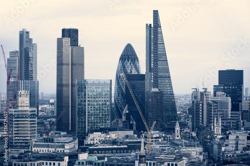 Miasto Londyn rodzaj działalności Aria na zachód słońca. Widok zawiera ogórek i nowoczesne wieżowce z wiodących firm finansowych