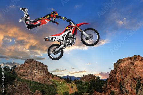 Mężczyzna, wykonując sztuczki na motocyklu