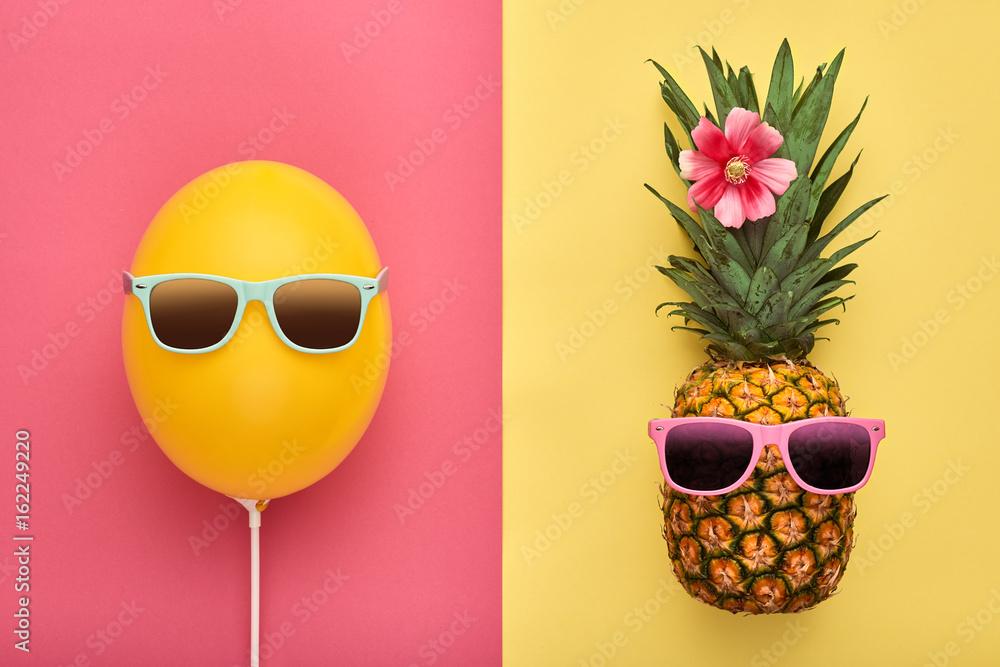 Moda ananas i różowy balon. Żywy, Letni Kolor, Akcesoria. Tropikalny ananas z Hipster okulary. Koncepcja kreatywności. Minimalny styl. Lato tło wakacje. Zabawy