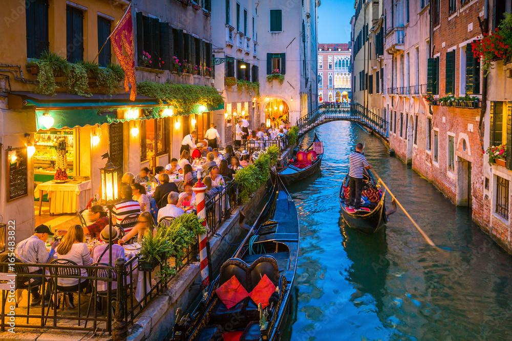 Kanał w Wenecji, Włochy w nocy