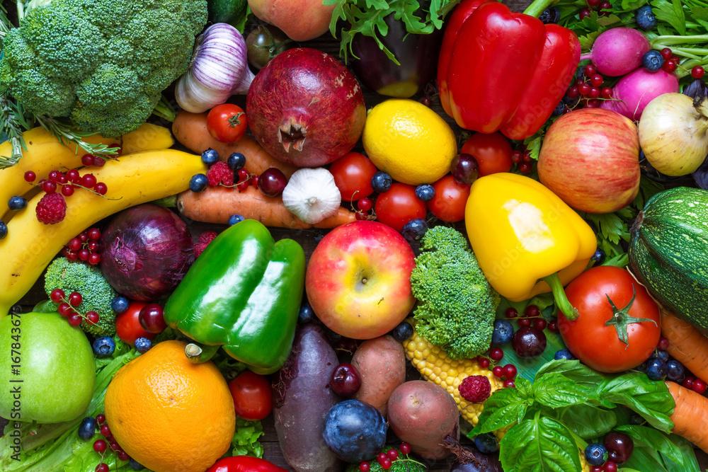 Asortyment świeżych owoców, warzyw i jagód.