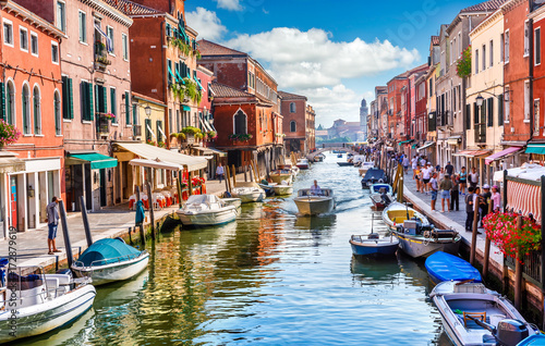 Wyspa Murano w Wenecji, Włochy. Widok na kanał z łodzi