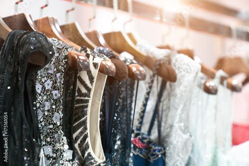 Wybór modnych ubrań w różnych kolorach na wieszaki drewniane