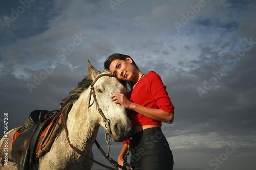 białym koniu i pięknej młodej kobiety. Modelka z jej białym koniu, wolność, szczęście, lato. Miłość