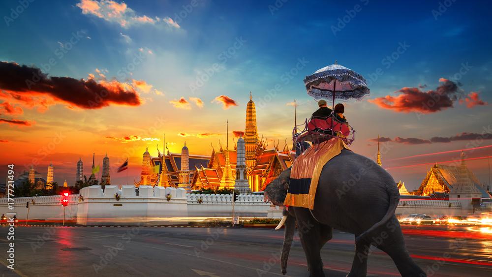 Słoń z turystami w Wat Phra Kaew -świątynia Szmaragdowego Buddy - w wielkim pałacu w Bangkoku, Tajlandia
