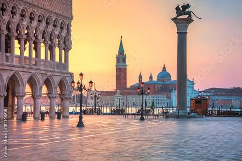 Wenecja. Obraz placu San Marco w Wenecji, podczas wschodu słońca.