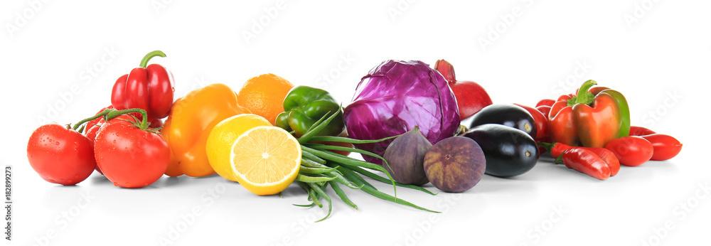 Kompozycja z różnych owoców i warzyw na białym tle