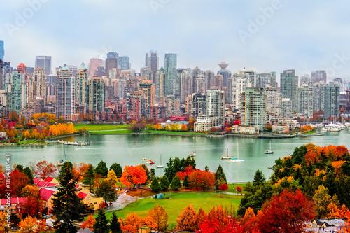 kolorowy jesienny krajobraz współczesnego miasta, na brzegu rzeki
