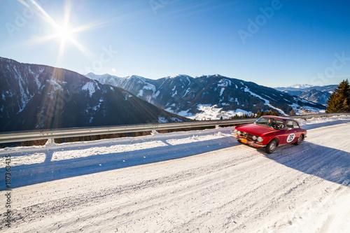 Vintage samochód wyścigowy jazdy klasycznej rajd na śniegu tajemne drogi