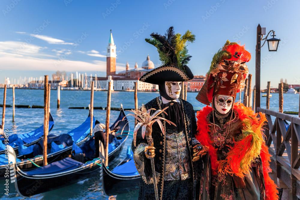 Kolorowe maski karnawałowe na tradycyjnym festiwalu w Wenecji, Włochy
