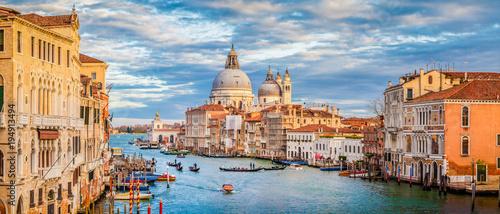 Kanał Grande z bazyliki Santa Maria Della Salute podczas zachodu słońca, Wenecja, Włochy