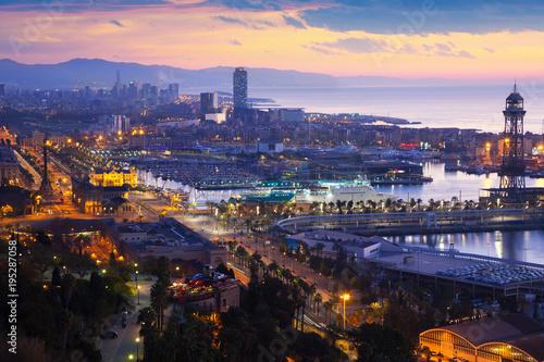 Barcelona i morza Śródziemnego w wcześnie rano. Katalonia