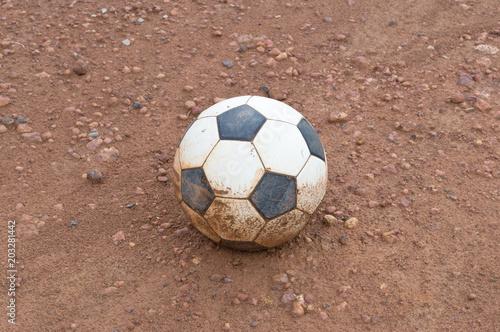 Stary opuszczony piłka nożna na pierwszym