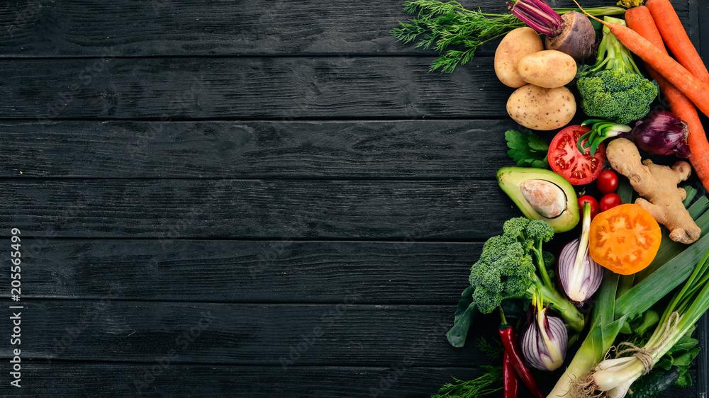 Zdrowe jedzenie. Warzywa i owoce. Na czarnym drewnianym tle. Widok z góry. Miejsce.