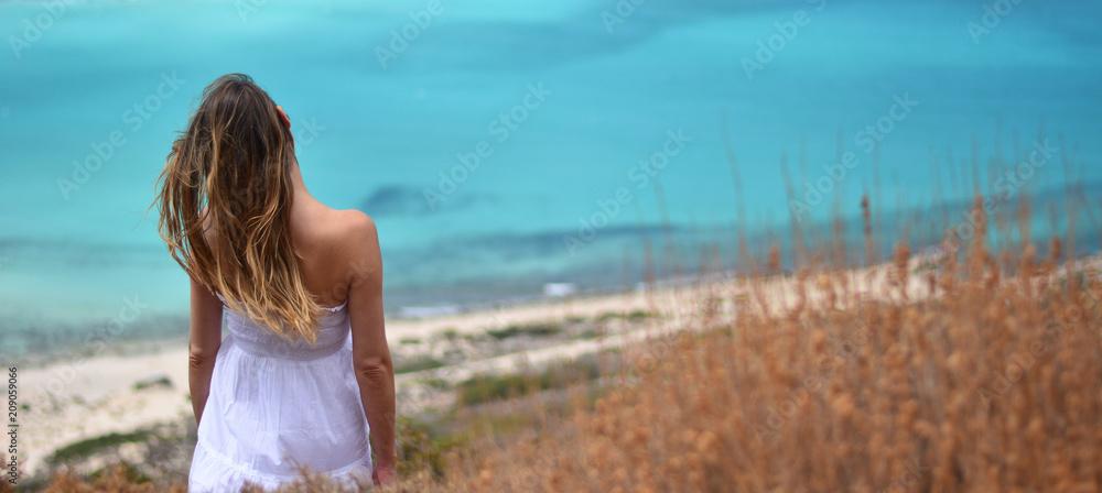 Kobieta zauważa, turkusowe morze