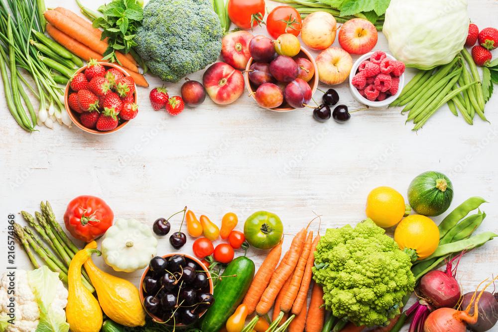 Lato, owoce, warzywa, jagody, jabłka, wiśnie, brzoskwinie, truskawki, kapusta, brokuły, kalafior, cukinia pomidory marchew, cebula, fasola, buraki, kopia przestrzeń, widok z góry, selektywne focus