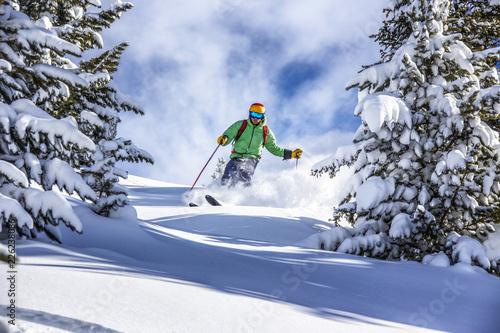 Offpiste narciarski w głębokiej puszysty śnieg