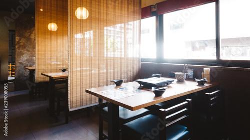 Shabu stół zestaw w tym jeden drewniany stół i cztery krzesła z bambusa ścianą do prywatności.
