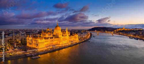 Budapeszt, Węgry - lotnicze panoramiczny widok na pięknie oświetlony parlament Węgier z most łańcuchowy, Будайская twierdza, pałac Królewski i tutaj znajduje się chmury w tle na zachodzie słońca