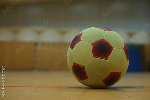piłka w siłowni z celem w tle