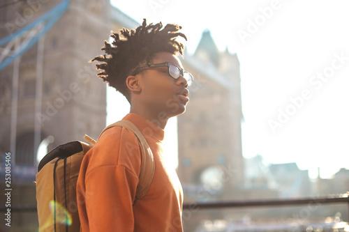 Młody chłopak szedł ulicami Londynu, w pobliżu Tower bridge