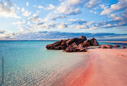 Krajobraz Krety. Элафониси-plaża z różowym piaskiem przeciw błękitne niebo z chmurami na Krecie, Grecja