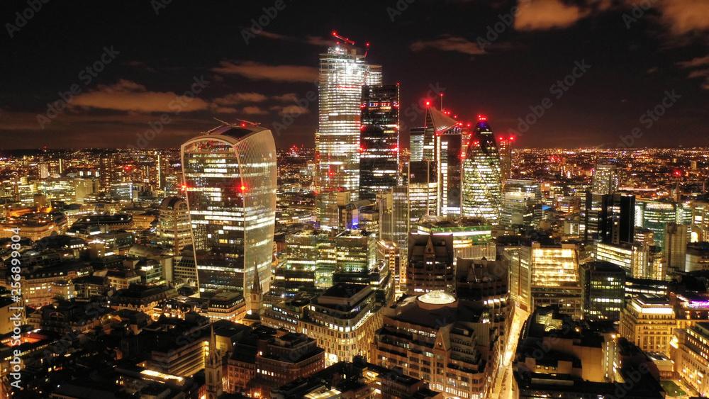 Szybowiec aparat panoramiczny noc strzał z słynnego finansowej i drapaczy chmur w mieście Londyn, wielka Brytania
