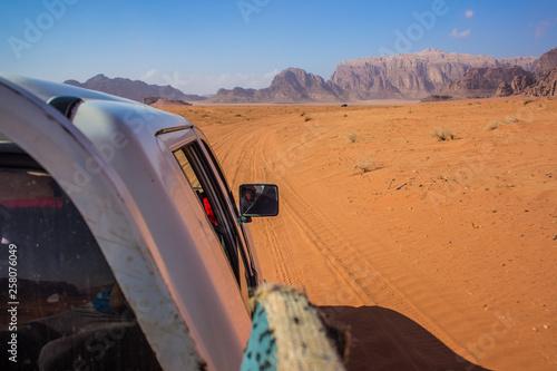 samochód rajd Tour prędkością rozmyte piaszczysta trasa w koncepcji krajobrazu krajobrazu nawigator zdjęcia pustyni