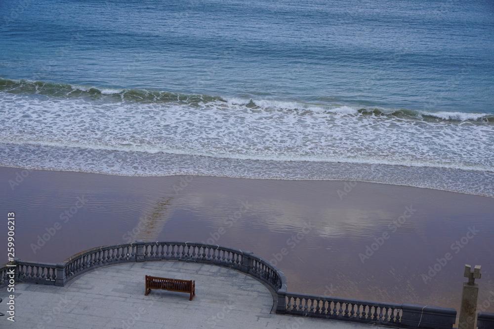 Ławki do siedzenia z widokiem na zatokę San Sebastian i plaży La Concha w San Sebastian w Kraju Basków