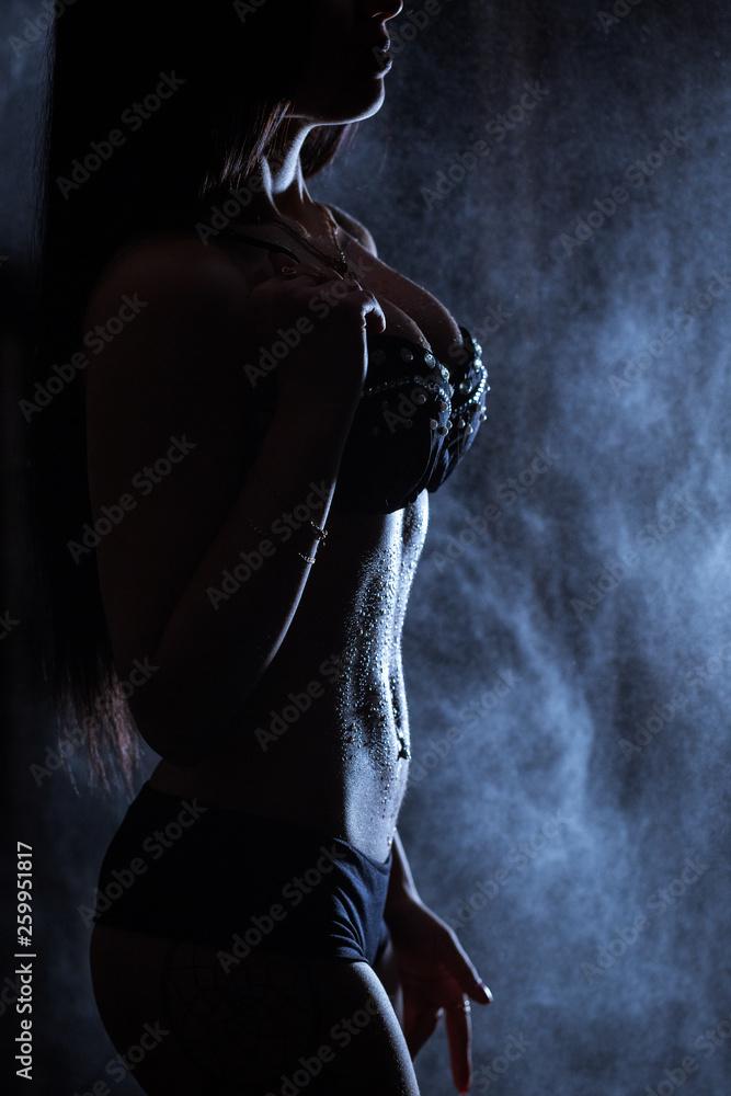 dziewczyna z idealną figurą w kroplach wody