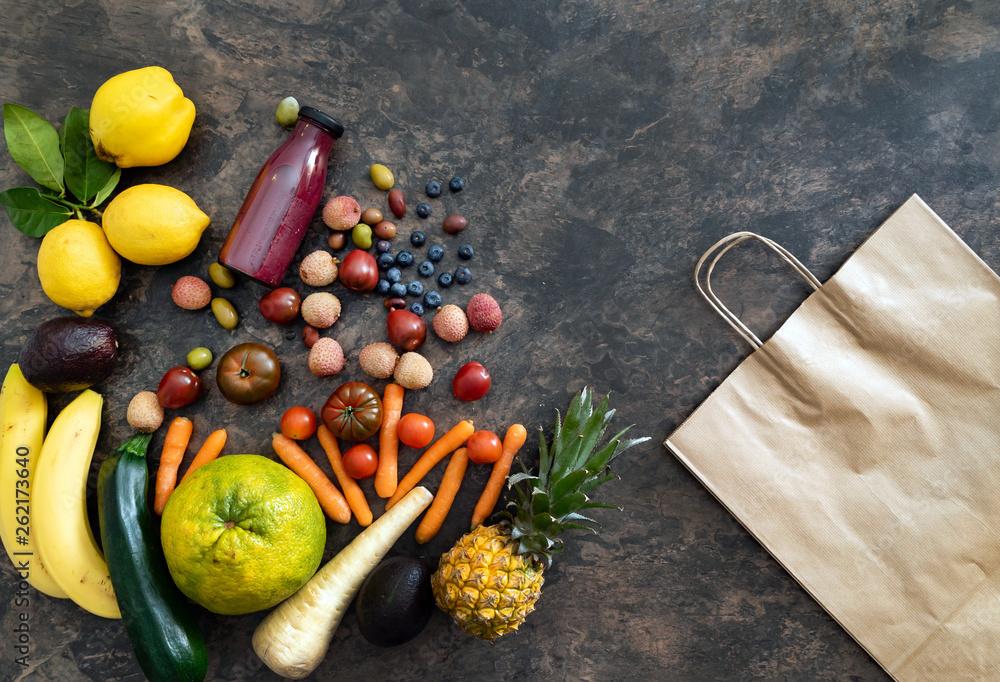 świeże owoce i warzywa na kamiennym stole. koncepcja
