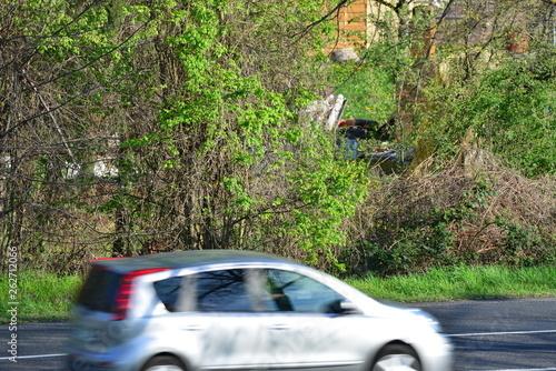 europejskie samochody przejeżdżają z zielonym krajobrazem w tle