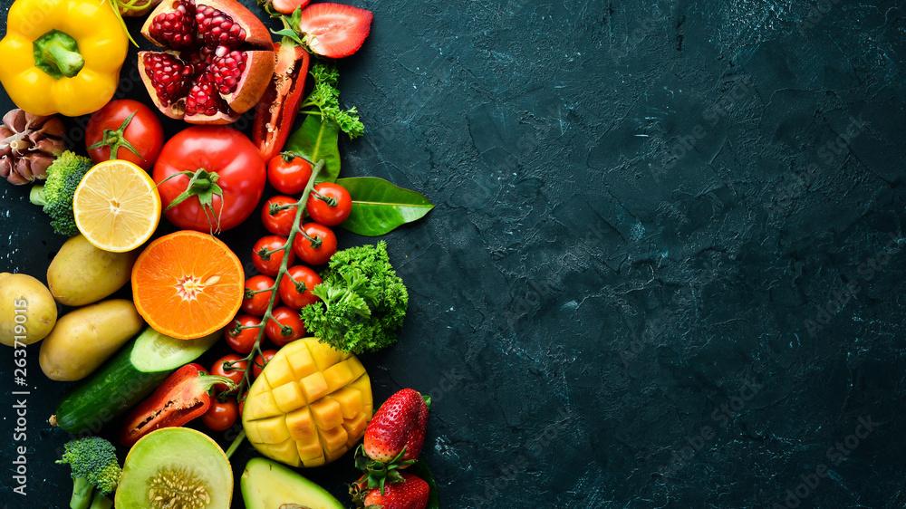 Świeże owoce, warzywa i jagody. Na czarnym tle. Banner na górze. Ilość wolnego miejsca dla tekstu.