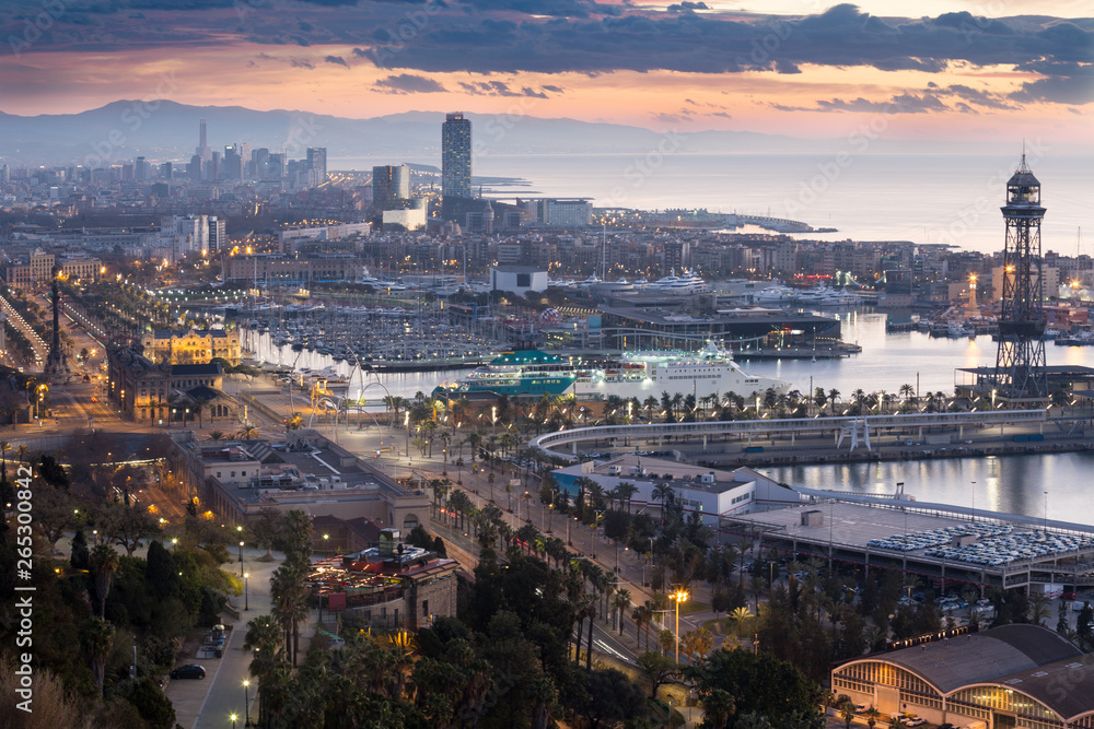 widok na port Vell i La Barceloneta. Barcelona, Hiszpania