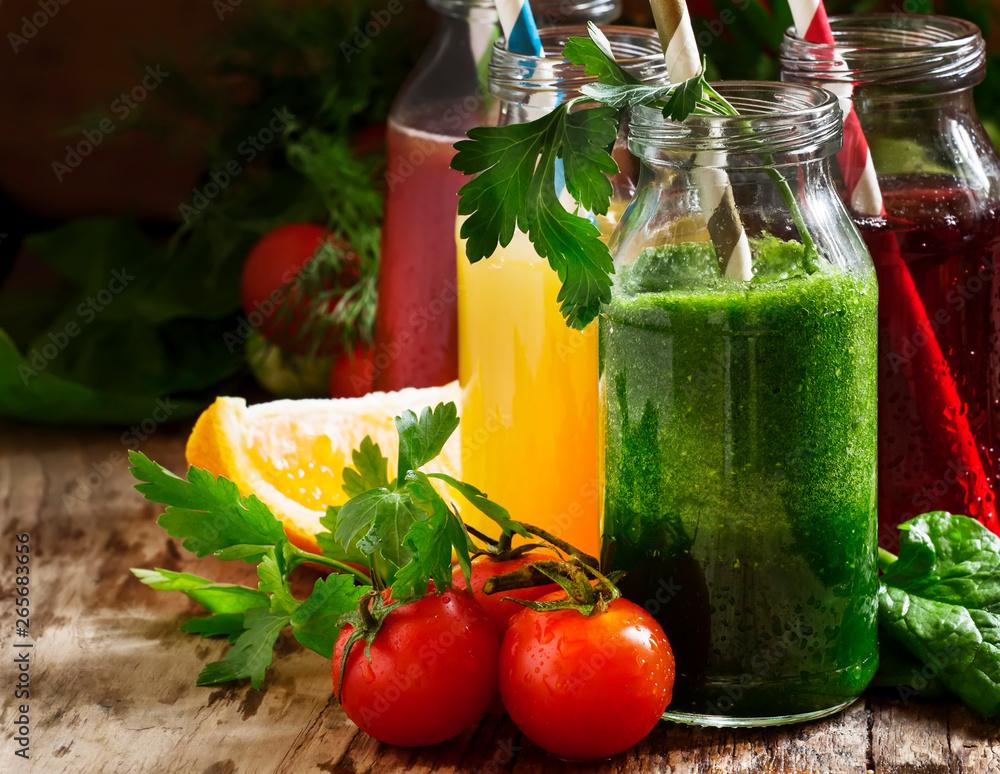 Żywność i napoje, różne warzywne i owocowe soki i koktajle w szklanych butelkach z dodatkami, na wiejskim drewnianym stole, selektywne focus