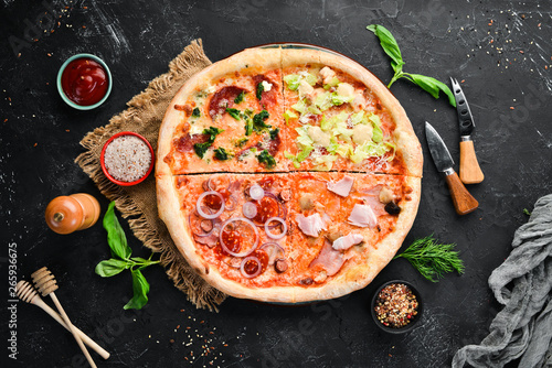 Pizza Tradycyjna Kuchnia Włoska. Widok z góry. Ilość wolnego miejsca dla tekstu. Stylu rustykalnym.