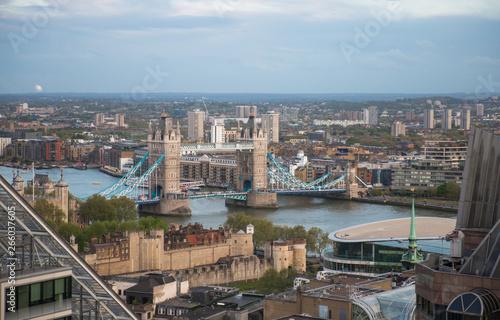 Londyn, Wielka Brytania. Tower bridge i rzeka Tamiza na zachodzie słońca